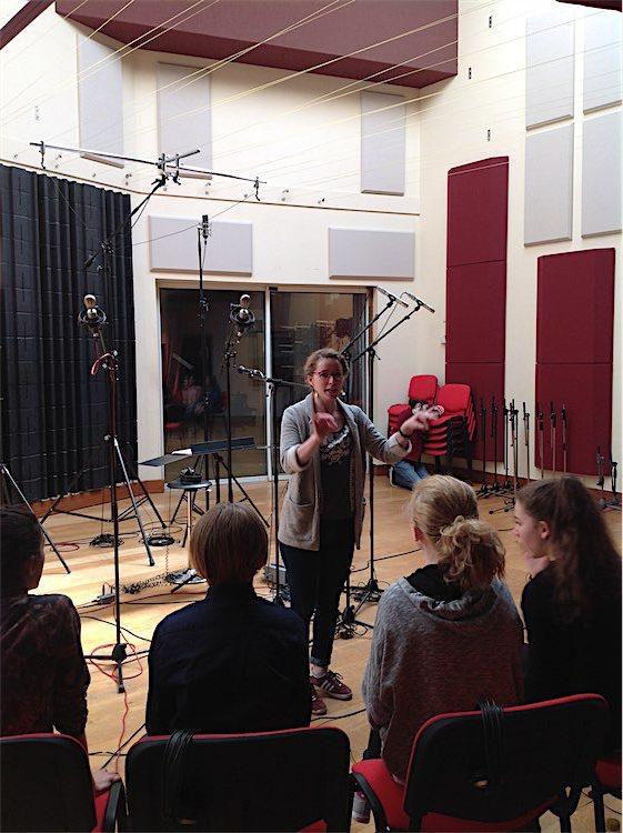 Lucie Larnicol, chef de choeur, et des enfants de Gennevilliers, lors de l'enregistrement du générique fin de Primaire au Studio Mega.